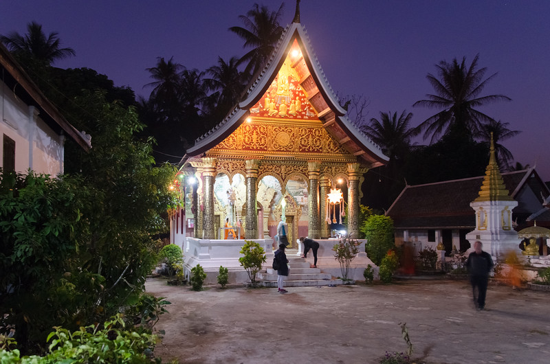 Wat Phaphay at night.