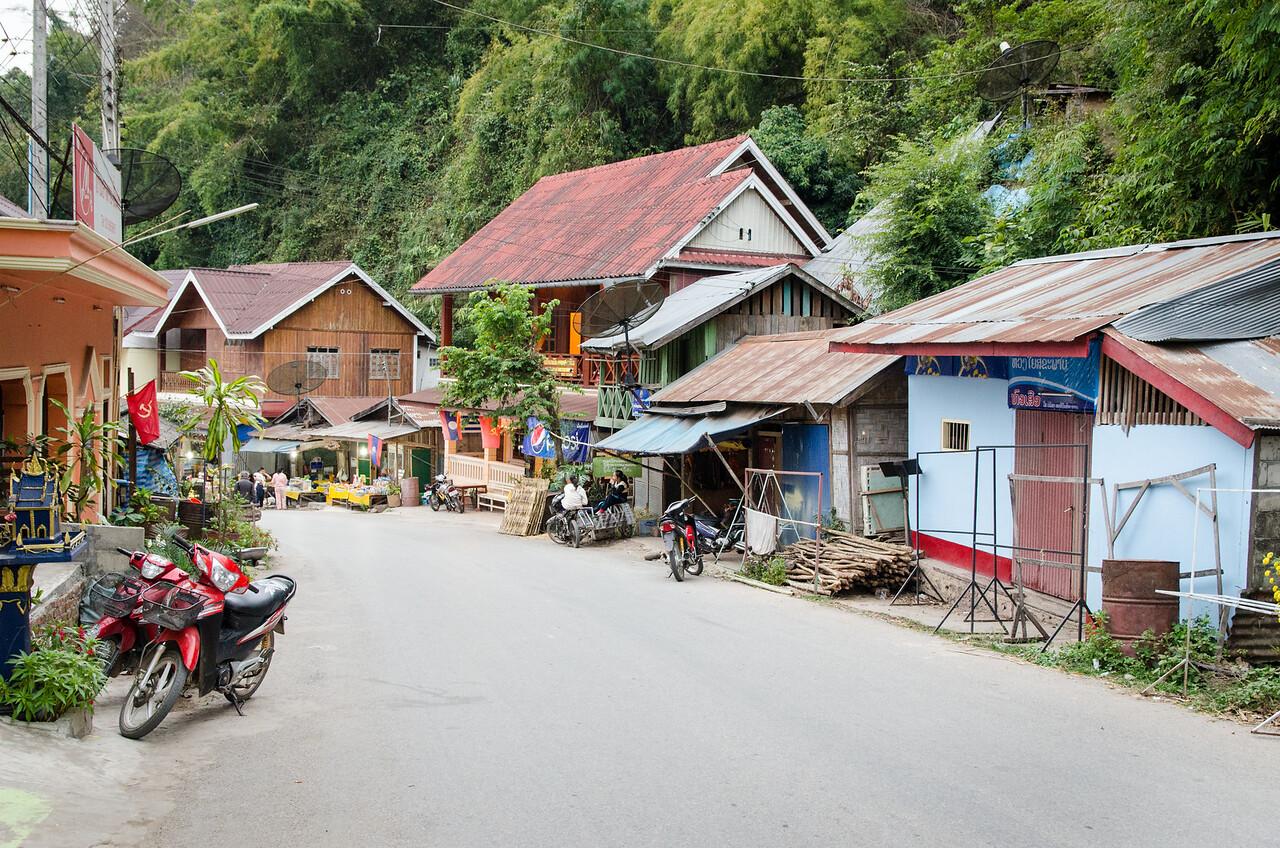 A morning stroll through Pakbeng.