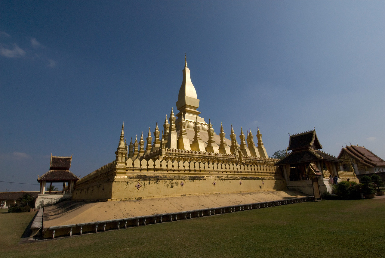 The grounds at Prathat Luang Temple i Vientiane, Laos