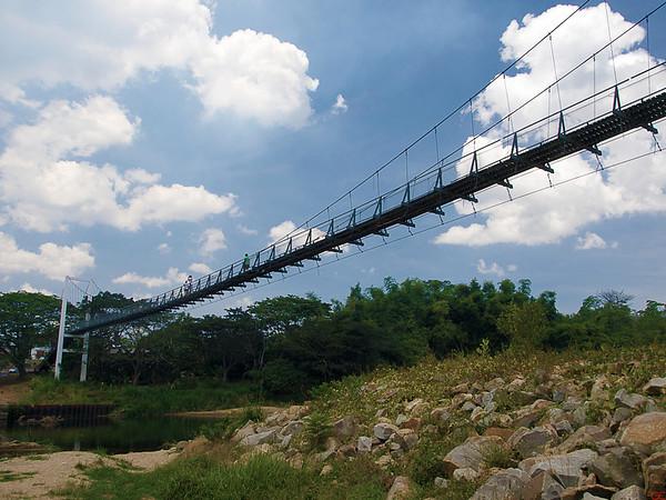 Hengebroen over elven som deler Sabah i to (Foto: GeirI