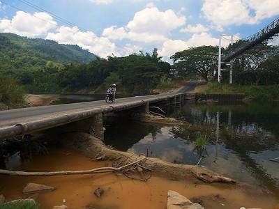 Broen som skiller øst fra vest (Foto: GeirI