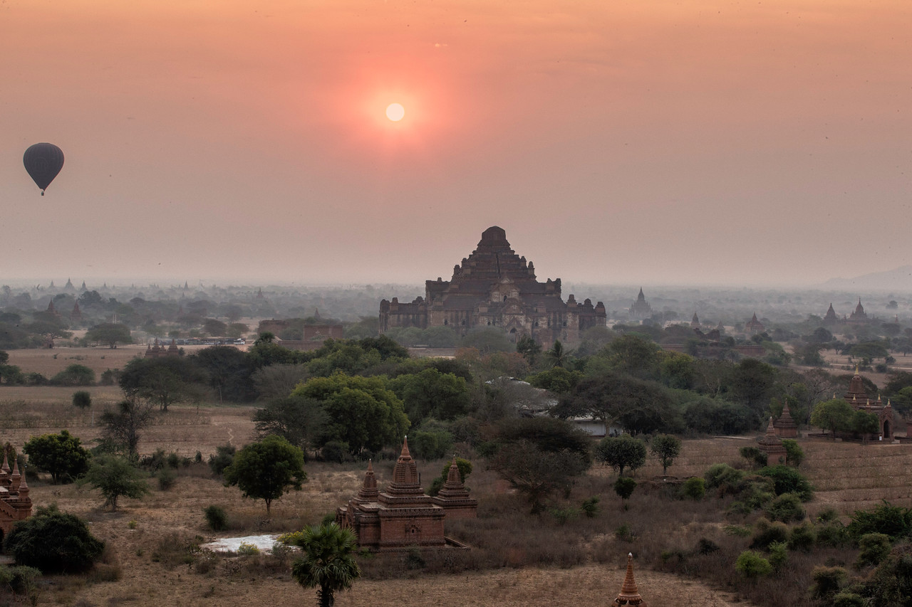 The sunrise in Bagan is always a spectacle of balloons, temples and temples and .....
