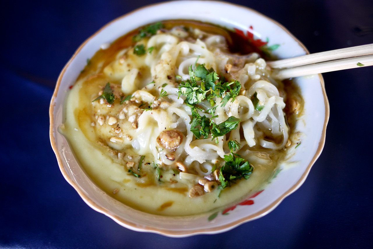 Stirred up noodles of tophy nway, a dish from the Shan region of Burma, near Inle Lake (Myanmar).
