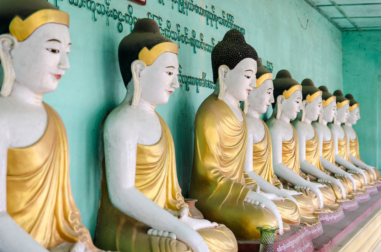Seated buddha images at Umin Thounzeh.