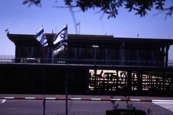 Dette skal være et bilde av Knesset jeg knipset i det bussen vår kjørte forbi. Det kan også være inngangen til Holocaust-museet i Vest-Jerusalem. Fotografen er usikker, for han hadde hodet i reisehåndboka, og kan ikke så mye om dette. (Foto: Geir)