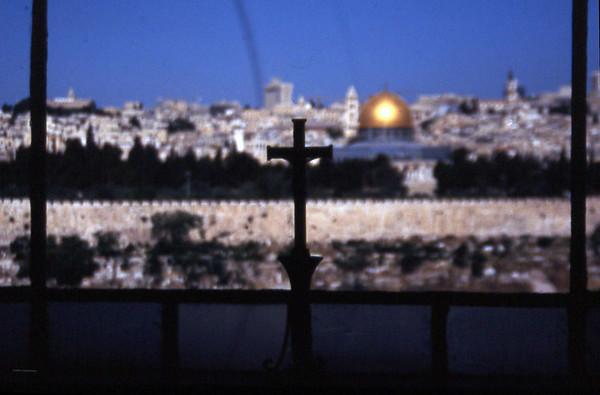 Standardbilde av Jerusalem sett fra hovedrommet i Gethsemane-kapellet. Jødedom, kristendom og islam i et øyeblikk. (Foto: Geir)