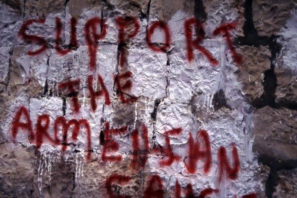 En historie jeg ikke visste eksisterte før jeg så denne grafittien på en murvegg. «Støtt den armenske ....», at armenerne, som har et visst nærvær i Jerusalem også opplevde et genosid på begynnelsen av det 20. århundre kom som en stor overraskelse på meg. Minst 3 millioner mennesker bukket under rundt etableringen av den sovjetiske stat. Dette folkemordet forties. (Foto: Geir)