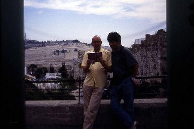 Turkamerater. Reisekomposen ler av fotografen som hele tiden bruker reisehåndboken for å orientere seg i et landskap mer reelt enn et papir med trykksverte på. Oljeberget bivåner hendelsen i bakgrunnen. (Foto: Geir)