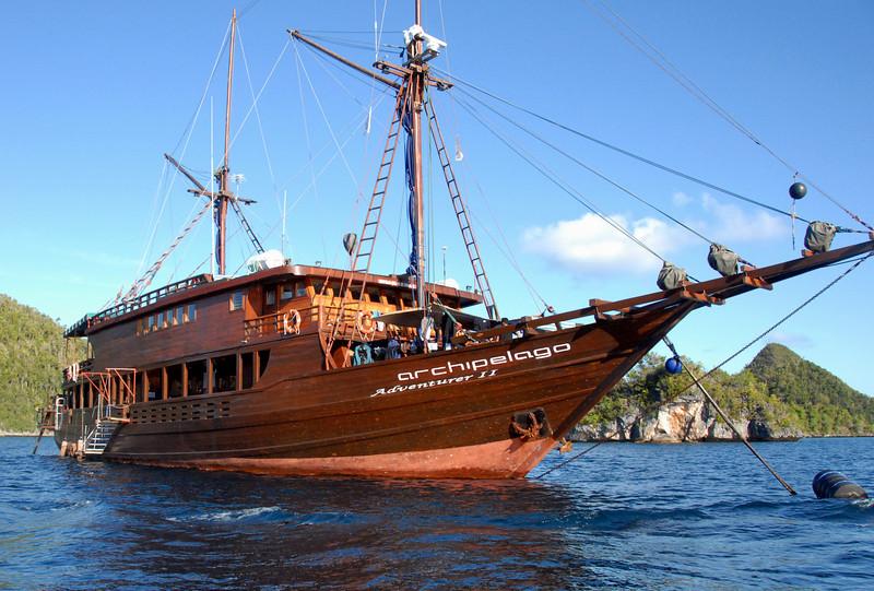 Archipelago Adventurer II, with 18 scuba divers aboard