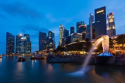 Night view of Singapore Merlion at Marina Bay against Singapore skyline