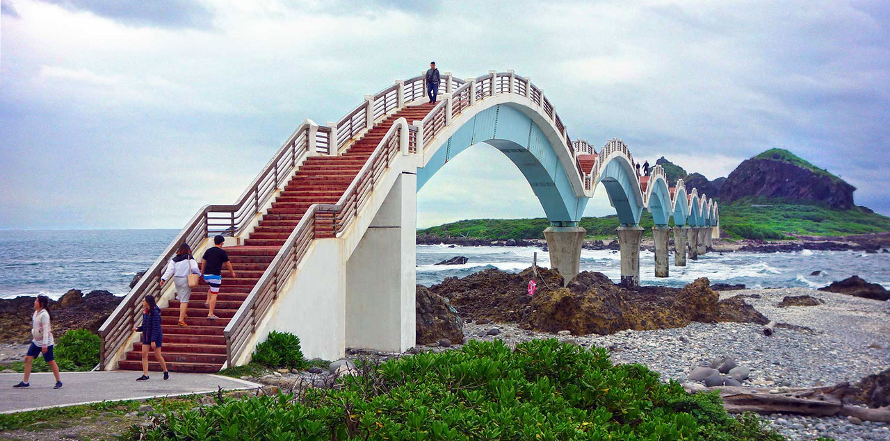 The eight-arched Sanxiantai Bridge connects the small island of Sanxiantai (三仙台) with Taiwan's east coast.