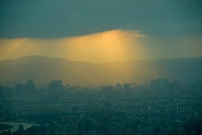 Beautiful streak of sunset light over Taipei skyline - Taipei, Taiwan