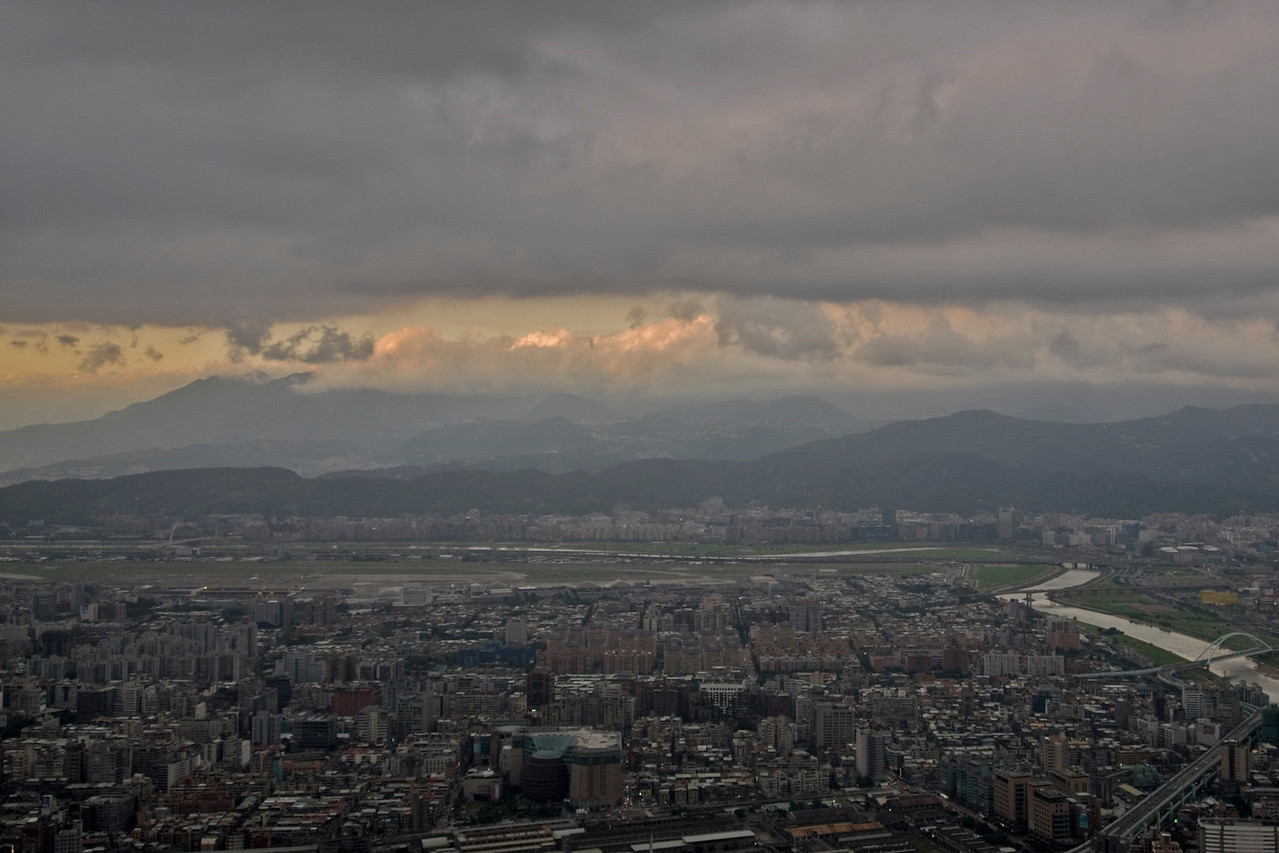 Heavy clouds above Taipei on sunset - Taipei, Taiwan