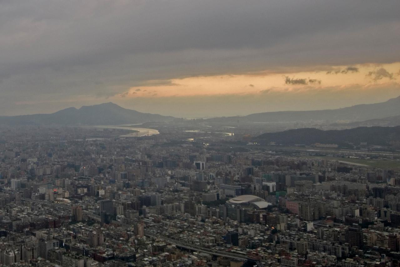 Sunset clouds above Taipei skyline - Taipei, Taiwan