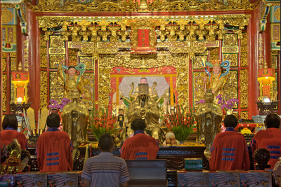 Worshippers before the altar at Zhinan Temple