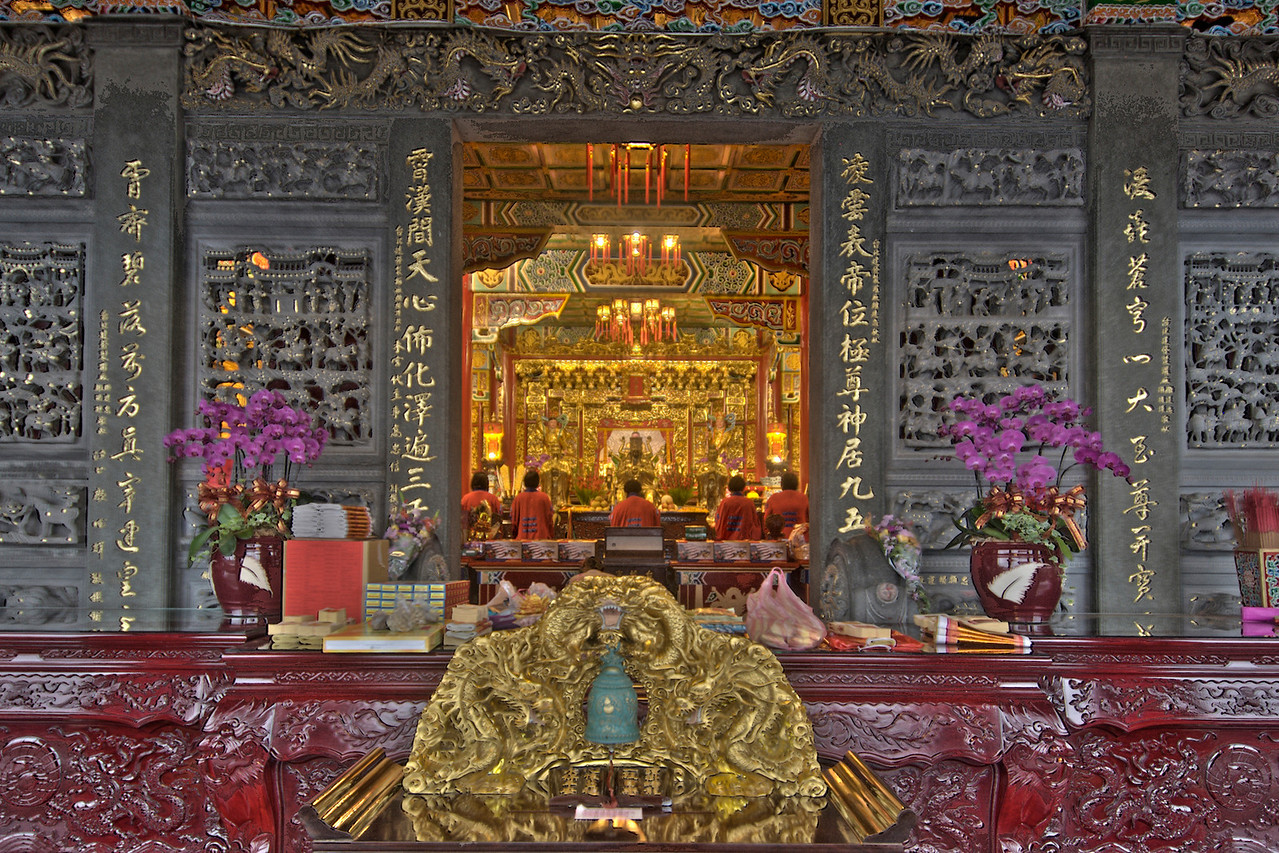 Looking through the Zhinan Temple altar from outside