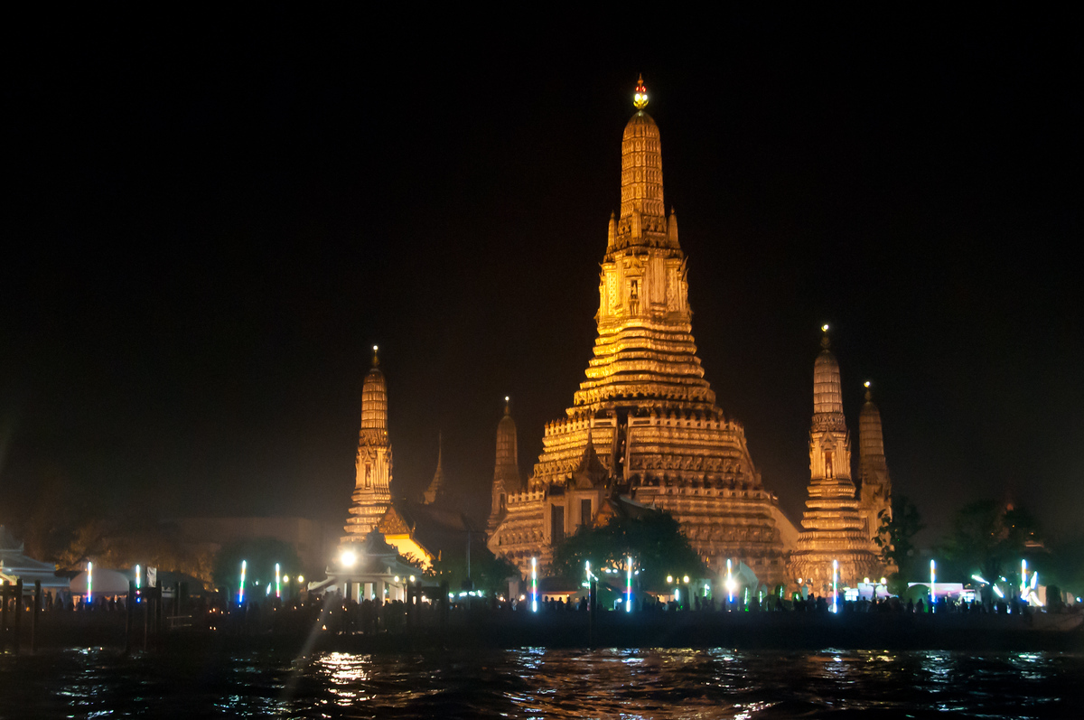 Wat Arun at night during the Loy Krathong festival, Bangkok, Thailand