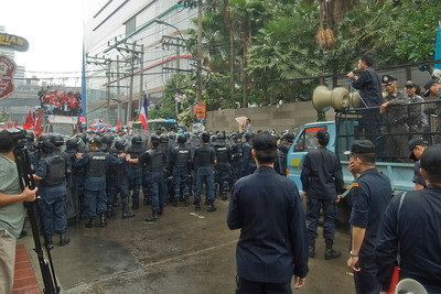 Police talking to the Red Shirt protesters in Thailand