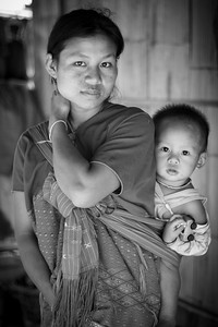 Yet another touching portrait of a young mother with her kid met in Kho Tha Village.
