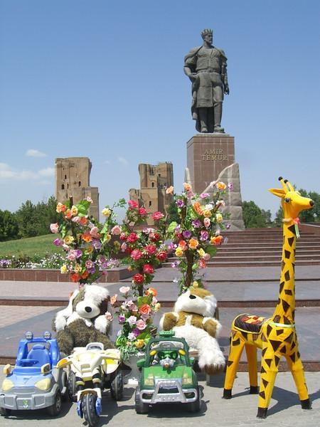 Stuffed Toys, Flowers and a Giraffe - Shakhrisabz, Uzbekistan