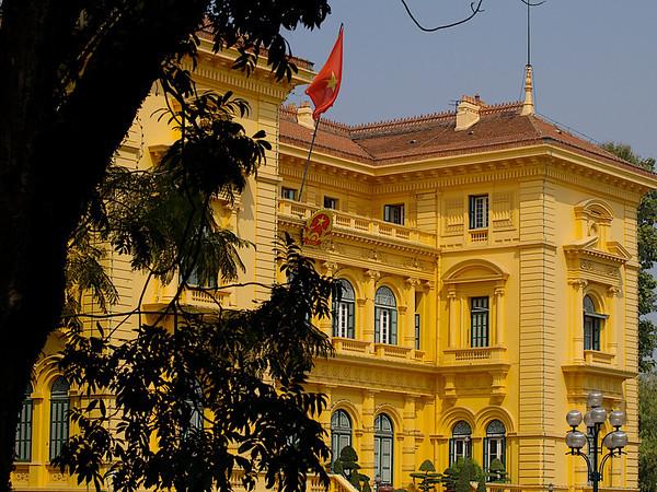 Den franske guvernørens hus, det kommunistiske Vietnams representasjonsbolig. Ho Chi Minh nektet å bo her. ******* The home of the French governor, the house for Vietnamese presentation. Ho Chi Minh didn't want to live here.  Specs: Olympus E-500, Zuiko 14-42 f3.5-4.5 (Foto: Geir)