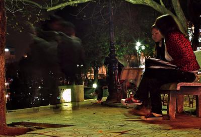 Spøkelsesvandring og to jenter ved vannet. Hanoi. ******* Ghostwalk, two girls by the lake. Hanoi.  Specs: Olympus E-500, Sigma 30mm f1.4 (Foto: Geir)