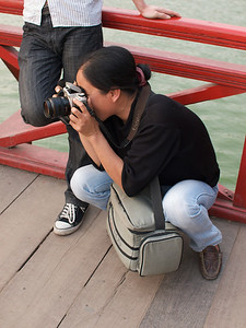 On your knees - A Photographer needs strong knees, even in Hanoi. (Foto: Geir)