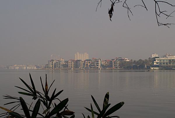 Det sørlige Frankrike i det nordlige Vietnam. Et bybilde fra Hanoi. ******* Southern France in Northern Vietnam. I cityscape from Hanoi.  Specs: Olympus E-500, Zuiko 14-42 f3.5-4.5 (Foto: Geir)