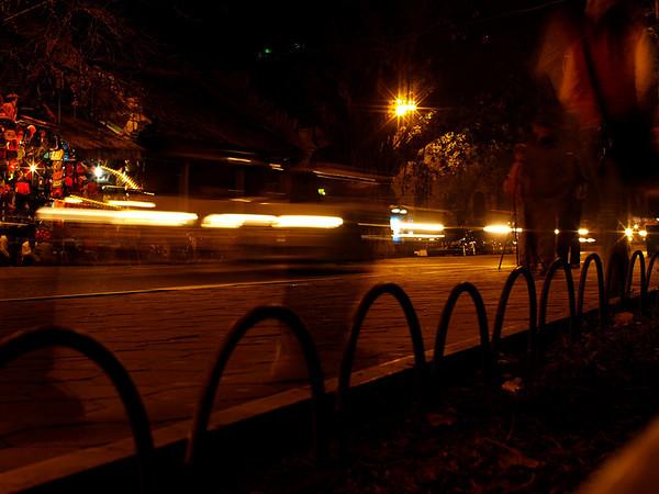 Spøkelsesby. Nattlige bevegelser langs promenaden ved vannet. Hanoi. ****** Ghost town. Nightly movements along the promenade by the lake. Hanoi.  Specs: Olympus E-500, Sigma 30mm f1.4 (Foto: Geir)