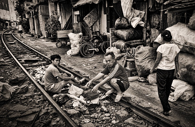 Striking life scene around the railway line running through Phùng Hưng.