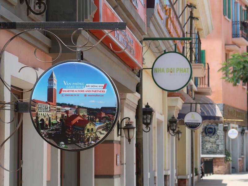 Real estate agents at Primavera