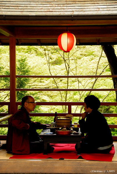 Eating soba noodles at Kiyomizu-dera 清水寺 Temple in Kyoto