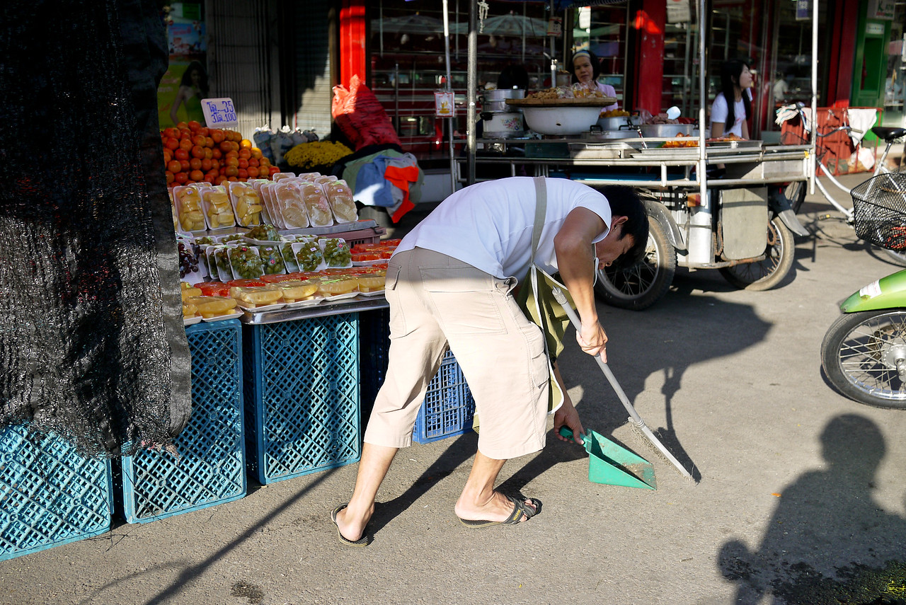 Thais generally keep their work areas very tidy!