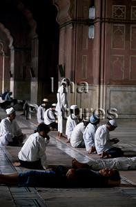 1-71-01-434 India Inde Delhi Jamai mosque moskee mosquée;men praying mannen bidden hommes prient