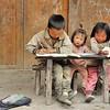 Ethnie Miao Longues Cornes - Trois écoliers et un poussin - 长角苗族