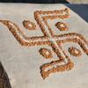 Hongyuan - Mariage tibétain - Un svastika de blé et de riz pour les bons augures - 红原