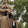 Samarcande - Les garçons d'honneur d'un mariage escaladent la statue de Tamerlan