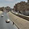 A Sana'a, le lit de la rivière, à sec en cette saison, sert de périphérique - صنعاء