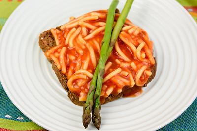Spaghetti on toast with asparagus