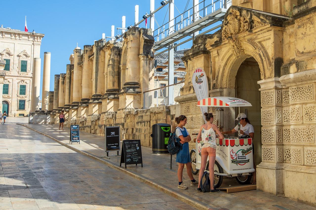 Pjazza Teatru Rjal in Valletta