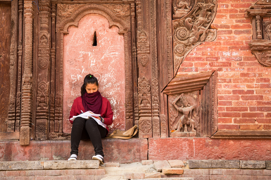Photo A Student Studies by an Earthquake Damaged Temple near Durbar Square in Kathmandu