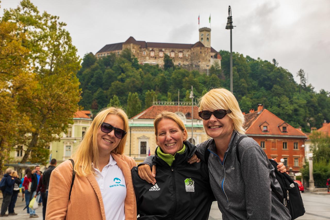 Наш гид Кая, Матея и Сара в начальной точке Люблянского марафона Чем заняться в Любляне, Словения Чем заняться в Любляне, Словения BL2A0240 X2