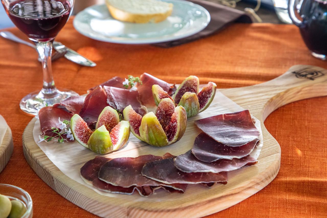 Свежий инжир, дикий кабан и прошутто из оленей Словенская еда и вино Словенская еда и вино BL2A0016 X2