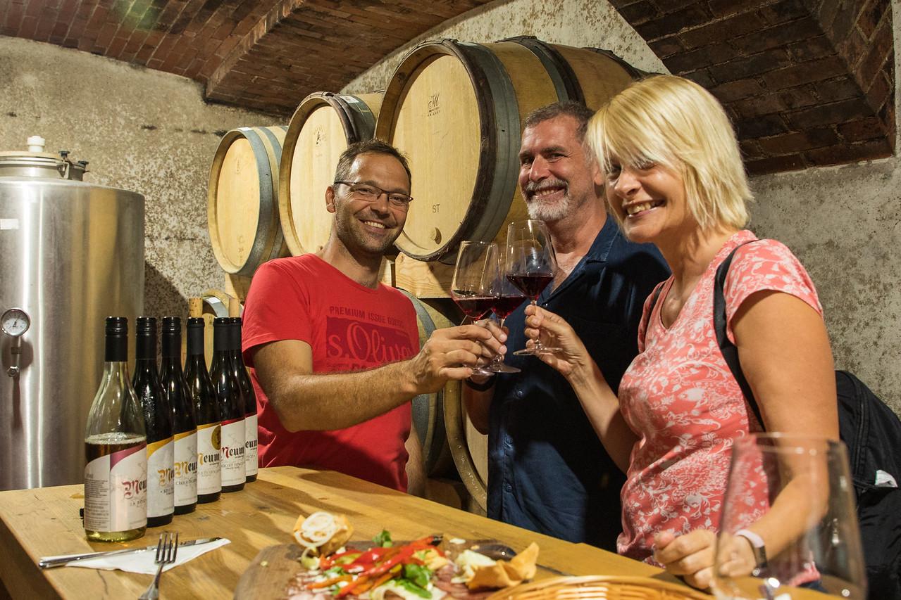 Тост с виноделом на винном заводе Meum Чем заняться в Словении Чем заняться в Словении BL2A9763 X2