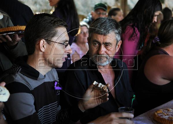 Dimas Aliprandi et son pere biologique, Plaster, pendant la fete de mariage, Espiritu Santo, Bresil, Mai 18, 2012.  (Austral Foto/Renzo Gostoli)