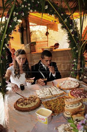Elton Plaster et la jeune mariée Silvana pendant la fete de mariage, Espiritu Santo, Bresil, Mai 19, 2012.  (Austral Foto/Renzo Gostoli)