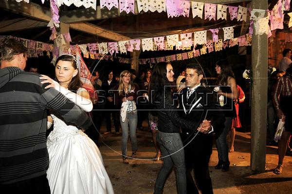 Elton Plaster et la jeune mariée Silvana dansent pendant la fete de mariage, Espiritu Santo, Bresil, Mai 19, 2012.  (Austral Foto/Renzo Gostoli)