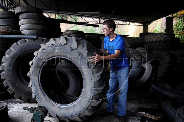Dimas Aliprandi dans son travail, Espiritu Santo, Bresil, Mai 18, 2012.  (Austral Foto/Renzo Gostoli)