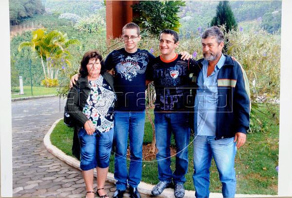 REPRODUCTION-Dimas Aliprandi, a gauche, et Elton Plaster, droite, avecMr. et Mme. Plaster, Espiritu Santo, Bresil, Mai 20, 2012.  (Austral Foto/Renzo Gostoli)
