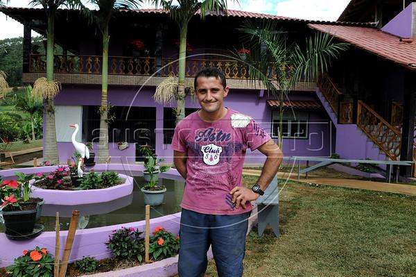 Elton Plaster devant la maison de famille, Espiritu Santo, Bresil, Mai 20, 2012.  (Austral Foto/Renzo Gostoli)